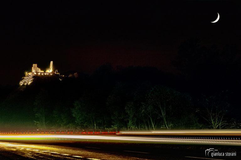 La Rocca da Varano e la Luna dalla Superstrada 77