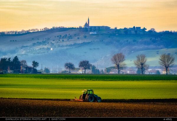 Un trattore immerso nello scenario agreste nei dintorni di Macerata