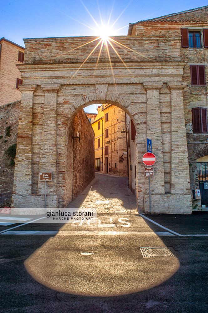Porta Trento di Corridonia mentre viene illuminata dal sole.