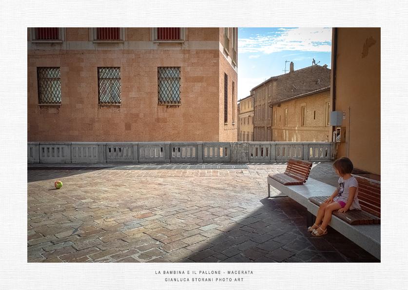 La bambina e il pallone - Gianluca Storani Photo Art (ID: 6-4709)