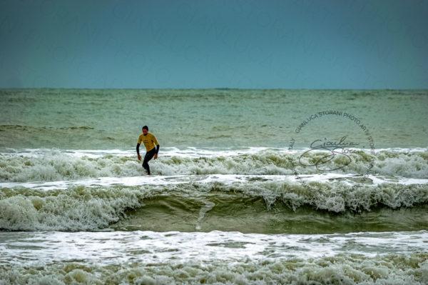 Un Surfista nel mare di Civitanova Marche