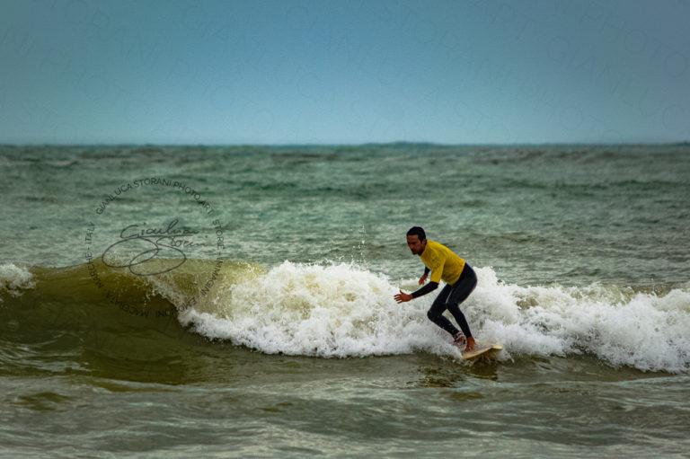 Surfare tra le onde del mare di Civitanova Marche