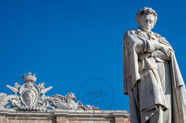 La statua di Leopardi a Recanati