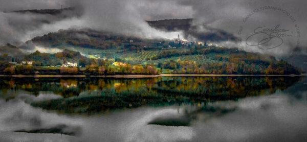 Il lago di Caccamo nella nebbia