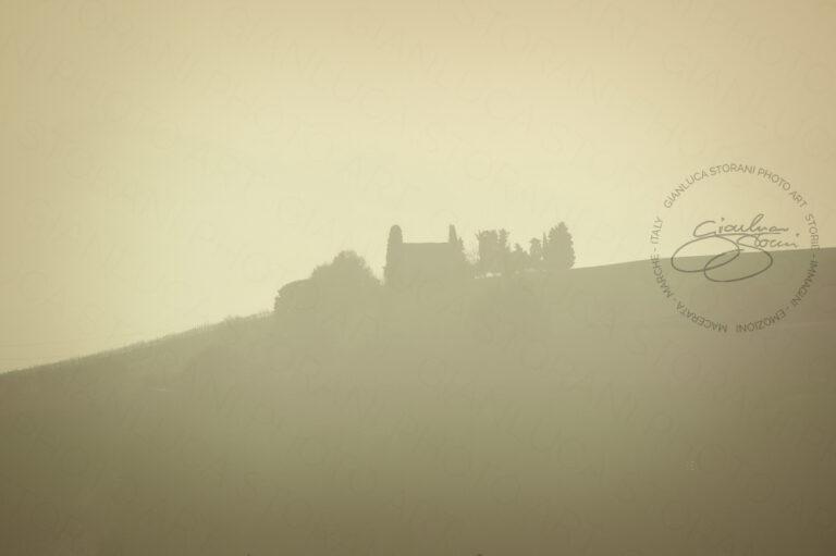 Una casa di campagna avvolta nella nebbia