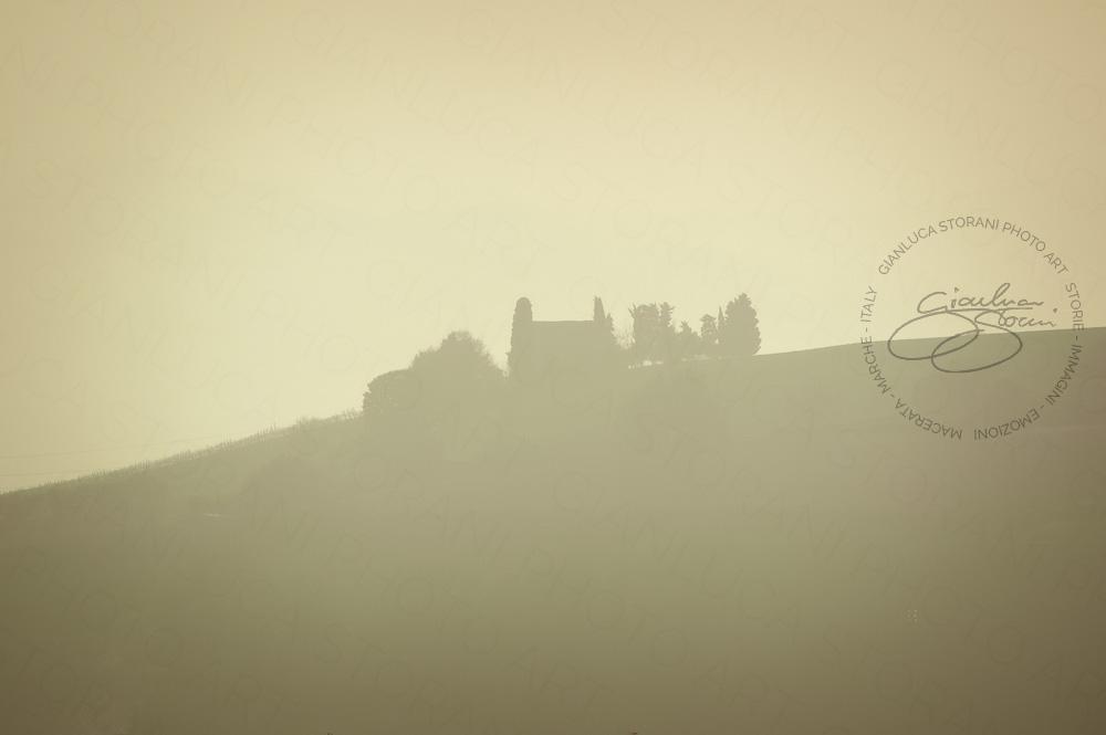 Una casa di campagna nella nebbia
