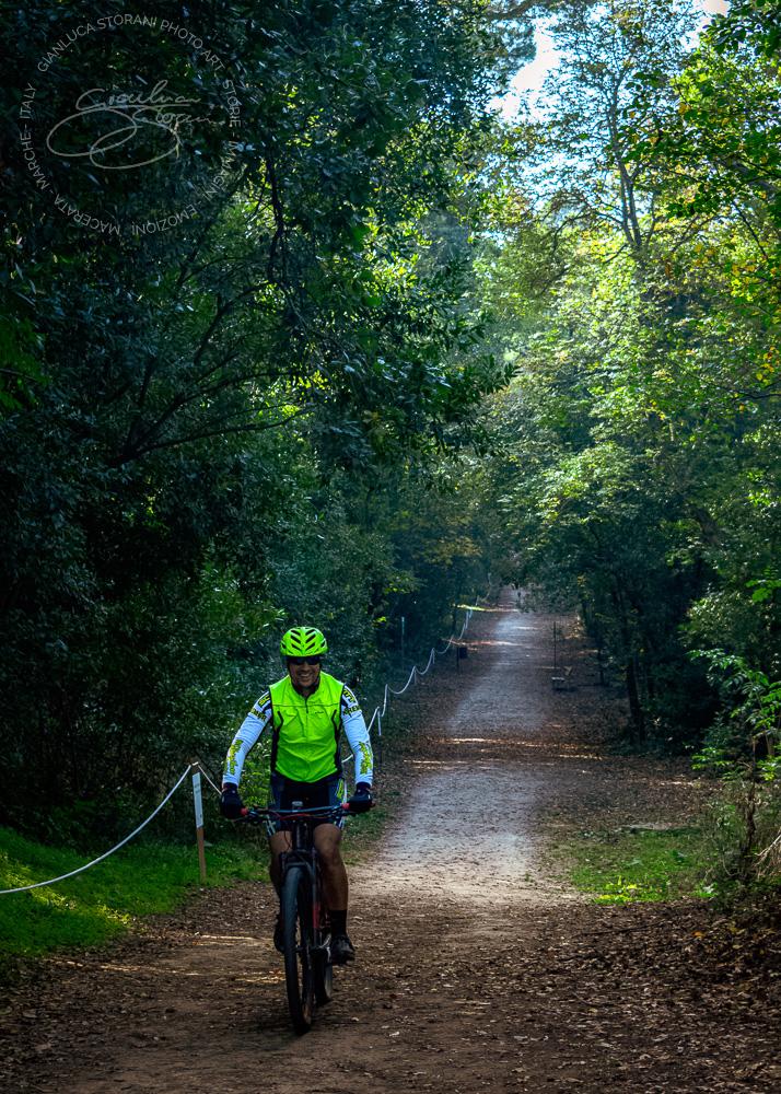 Un ciclista pedala nel parco