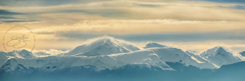 Panoramica di una parte dei Monti Sibillini innevati al tramonto