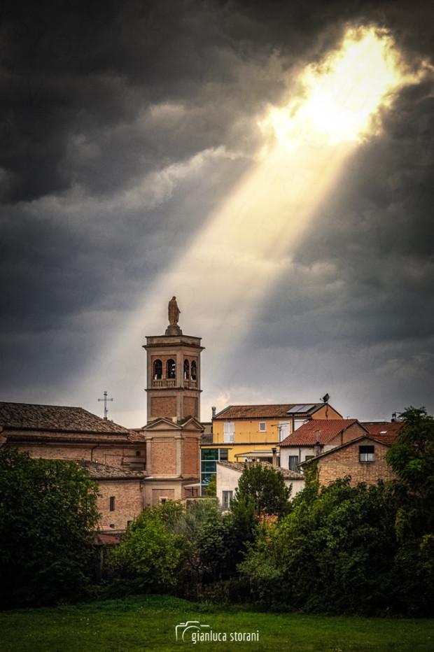 Un raggio di sole scende sulla chiesa di Villa Potenza