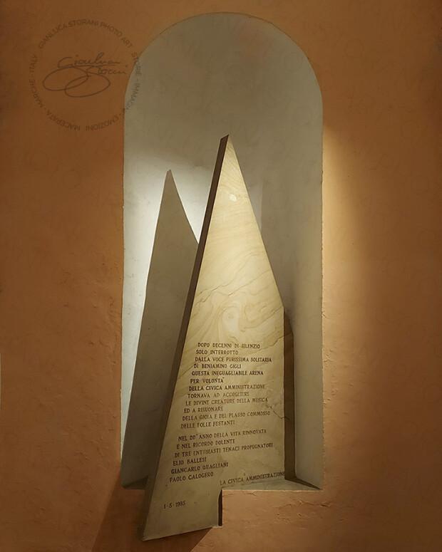 La lapide piramidale dello Sferisterio